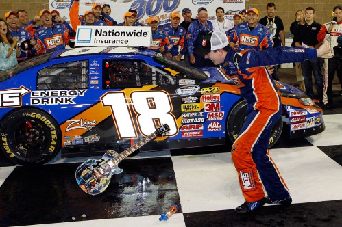 2009-NNS-Nashville-Kyle-Busch-breaks-guitar-in-VL